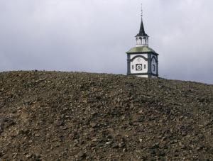 Die Kirche hinter der Schlacke